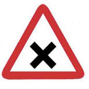 Señales tráfico intersección con prioridad